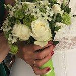 Der Brautstrauss, wie auch der andere Blumen Schmuck von der Mutter des Bräutigam gefertigt