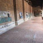El claustro de la Madonna dell'Orto con la exposición de pinturas