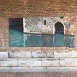 La exposición en el Claustro de la Madonna dell'Orto