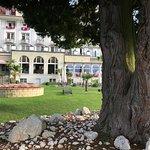 Ein schöner Park zwischen Hotel und See