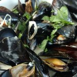 mussels in garlic sauce with toasted baguette