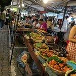 Photo de Saturday Night Market  Walking Street - Wua Lai Road