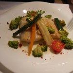 La Granada: Merluza plancha con verduras y polvo de tomate