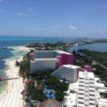En la foto se aprecian los hoteles y las playas mas bonitas de Cancun