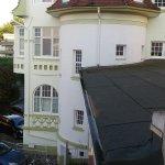 """""""Aussicht"""" aus Zimmer 19 (Parkplatz und Nachbarhotel)"""