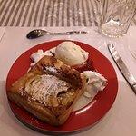 Tarte feuilletée aux pommes avec sa glace vanille et coulis de framboise