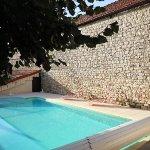 la piscine très agréable à l'arrrière de l'hôtel.