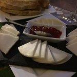 Plato de quesos servido en el patio interior
