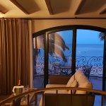 El dormitorio tiene dos terrazas amplias con vistas al mar.