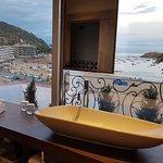 Baño con vistas al mar.