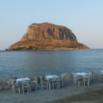 La terrasse du restaurant, improvisée en bord de mer.