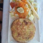 tortilla de patatas con ensalda ( menu)