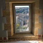Fenêtre avec vue au dessus de la baignoire ( sans rideau) chambre 15