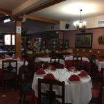 Asador El Tolmo cuenta con un restaurante con capacidad para 100 pax.