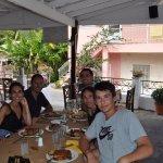 Comiendo en George and Elena's Taverna, un trato muy agradable y la comida excelente.