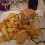 LE BLUE BURGER Steak haché, sauce au Roquefort, salade, tomate, oignons