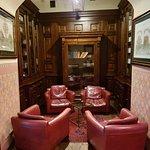 Un petit salon dans une salle attenante au hall principal