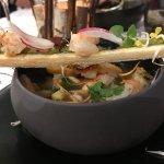 Coquillages et crustacés dans leur bouillon glacé à la coriandre, pesto de salicorne Oléronnaise