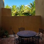 Mesas dentro de un pequeño patio de la habitacion