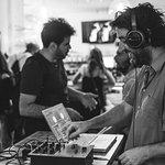 Viernes y sabados DJ