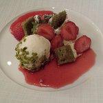 Fraises et Pistache Ganache montée pistache, jus de fraise au poivre de Sichuan.