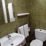 zona de baño, decoracion anticuada pero muy limpio