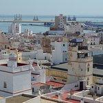 Vista hacia puerto desde terraza Torre Tavira, con la bella escondida