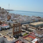Vista hacia playa Victoria y Catedral desde terraza Torre Tavira