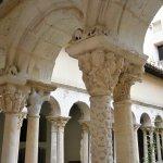 細かい彫刻が施された柱
