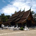 Recinto con varios templos en los que entrar y numerosas estupas