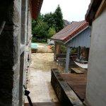 La terrasse et la piscine en arrière-plan