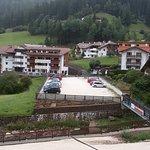 Blick aus Kabinenbahn auf Horel und Parkplatz