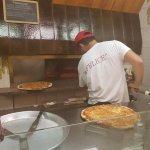 Da kommt die Pizza aus dem Ofen.