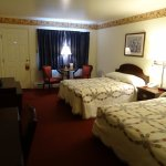 Queen-Room-Bed-Amish-Country-Motel-in-Bird-in-Hand-PA