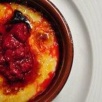 Nuestra crema catalana con frutos rojos.