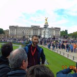 El guía dando la explicación del palacio real