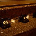 Teléfonos antiguos en el lobby, no son decorativos, ¡funcionan!