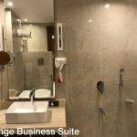 BUSINESS SUITE ROOM BATHROOM