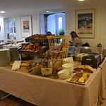 petit déjeuner varié dans une belle salle a manger calme