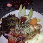 Salat, liebevoll angerichtet + mit Früchten