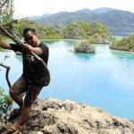 Relaks sejenak di atas puncak bukit Pulau Khayangan Sombori