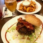burger al bacon, palate fritte e carlsberg