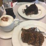 Torta de chocolate rellena de arequipe, coco y nueces; torta de Ferrero