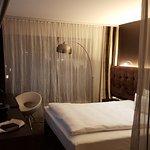 Modernes Zimmer mit herrlichem Bett