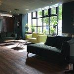 Salon près de la réception de l'hôtel : joli, chaleureux, accueillant