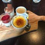 Café gourmand sobrement dosé et servi au restaurant de l'hôtel