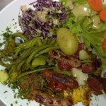Trio de brochettes, tomate provençale, légumes, salade