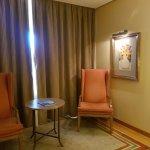 habitación amplia con zona de estar