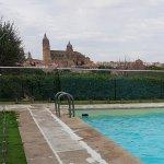 zona de piscina con vistas a la ciudad
