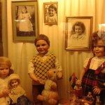 La famille Odin, créateurs du Musée encore enfants. Samy, au centre, le grand spécialiste...